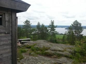 Utsikt från Tavelsjöbergets rastplats ner mot Tavelsjön. Högsta punkten på Tavelsjöleden.